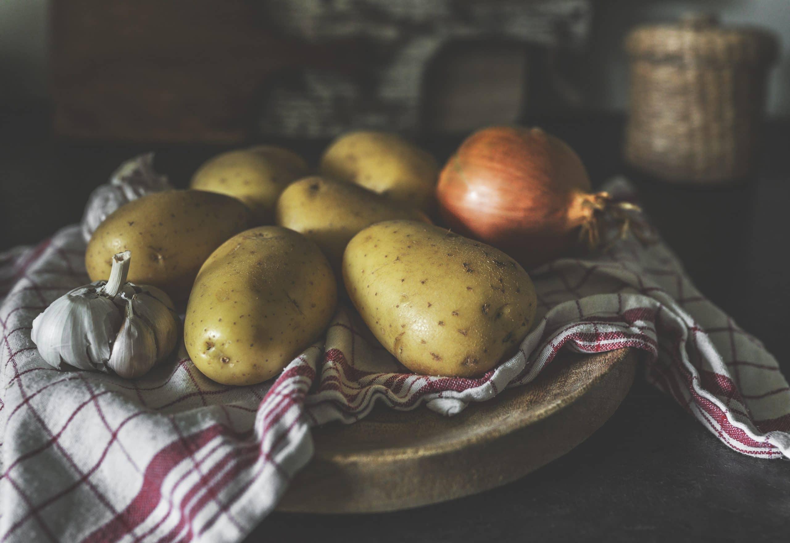 Patates et gousse d'ail sur un chiffon